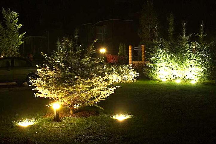 Ландшафтное освещение несет в себе как декоративную функцию (подсветка деревьев, альпина