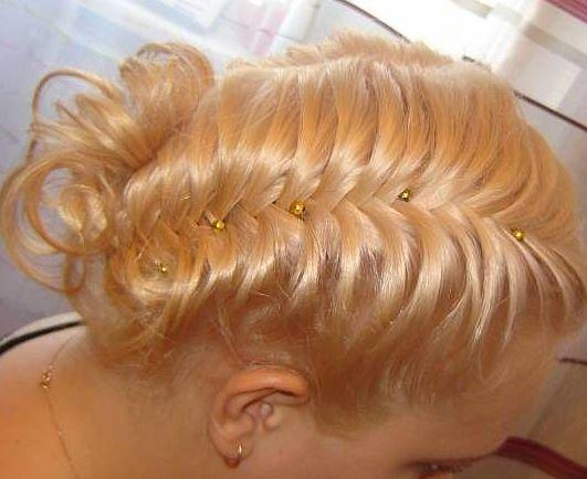 Всевозможные плетения на волосах снова в моде, и это неудивительно: прически с косами молодят и придают свежести...